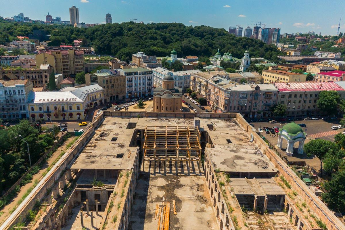 Уходящая эпоха на фоне современного Киева