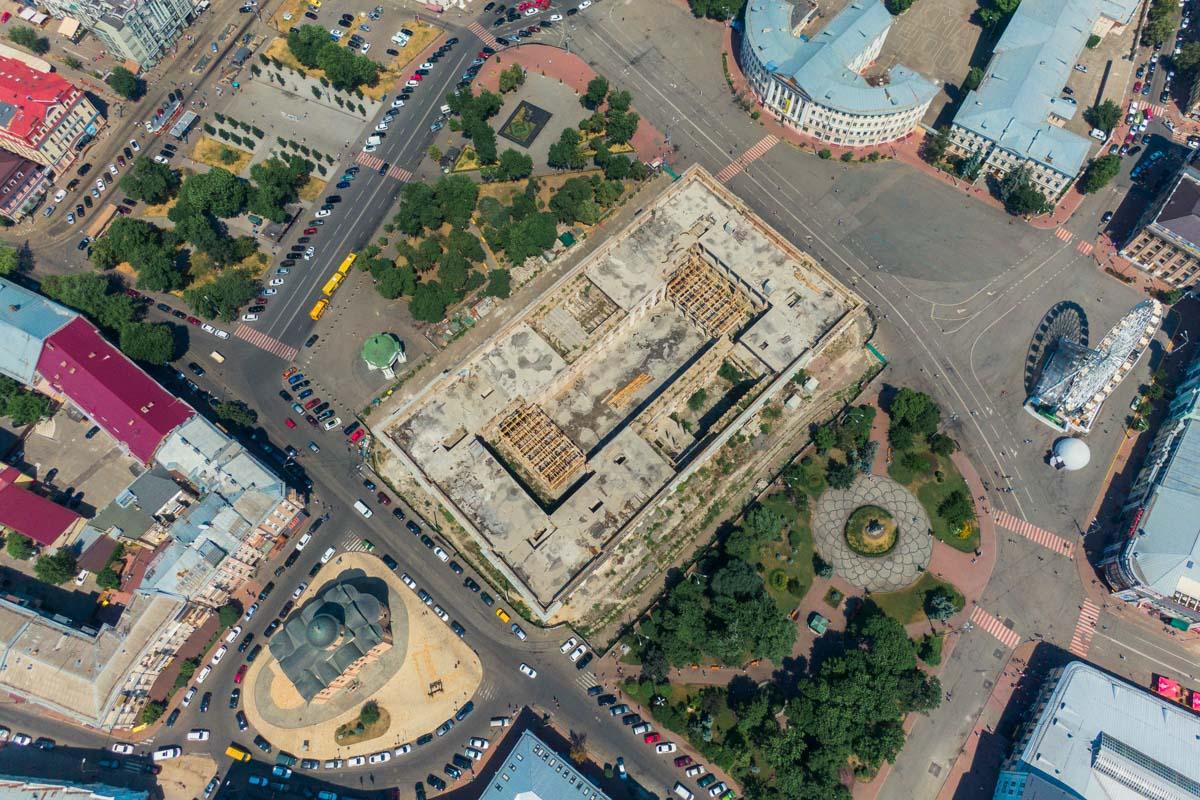 С высоты Гостинный двор больше похож на большую стройплощадку