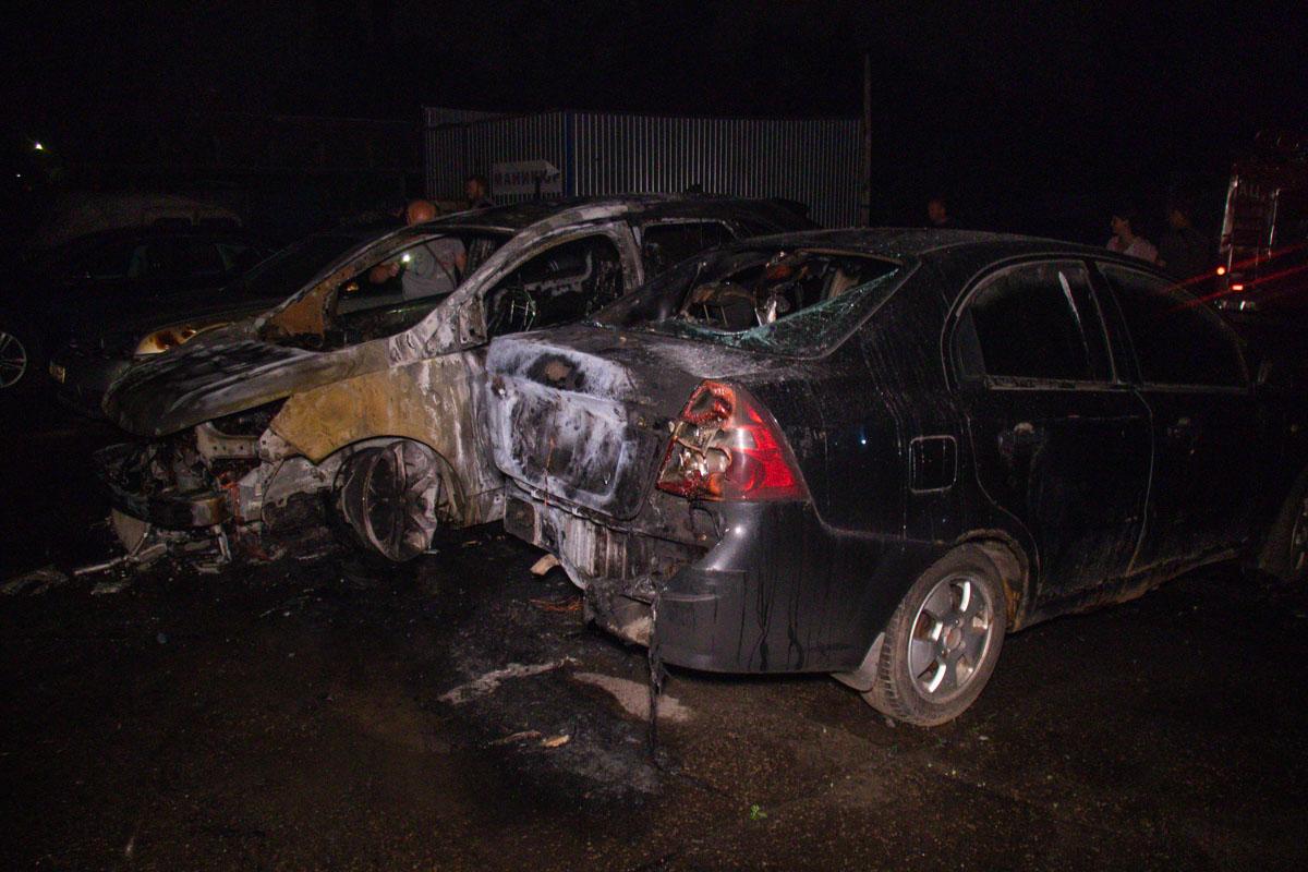 В результате пожара три машины выгорели дотла