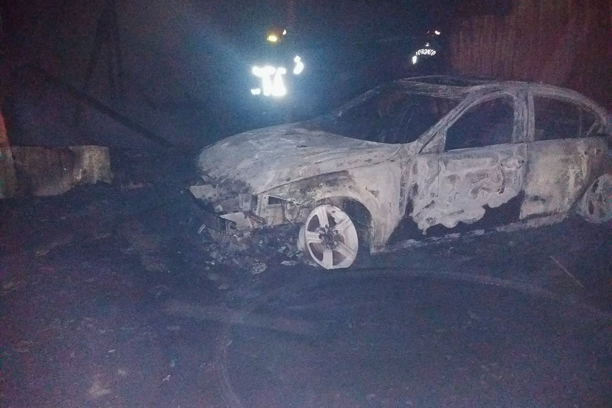 Пламя также быстро перекинулось на припаркованные авто