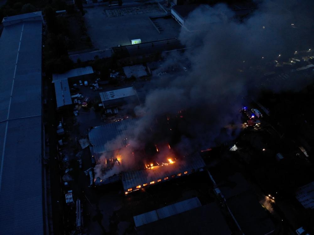 Масштабный пожар разгорелся в селе Петропавловская Борщаговка