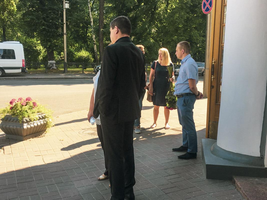 К Дому офицеров на траурную церемонию пришли проститься близкие, коллеги и неравнодушные граждане