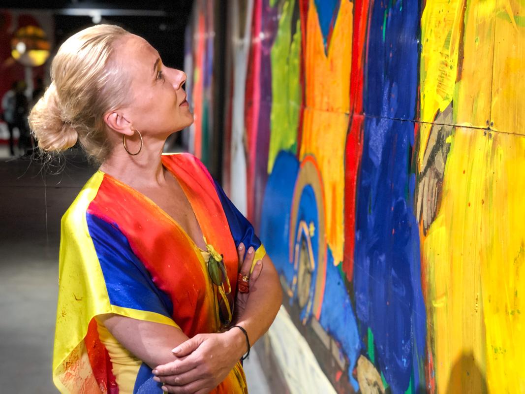 """Директор галереи """"Лавра"""" Татьяна Миронова призналась нам, что с удовольствием смотрит на творение Анатолия Криволапа"""