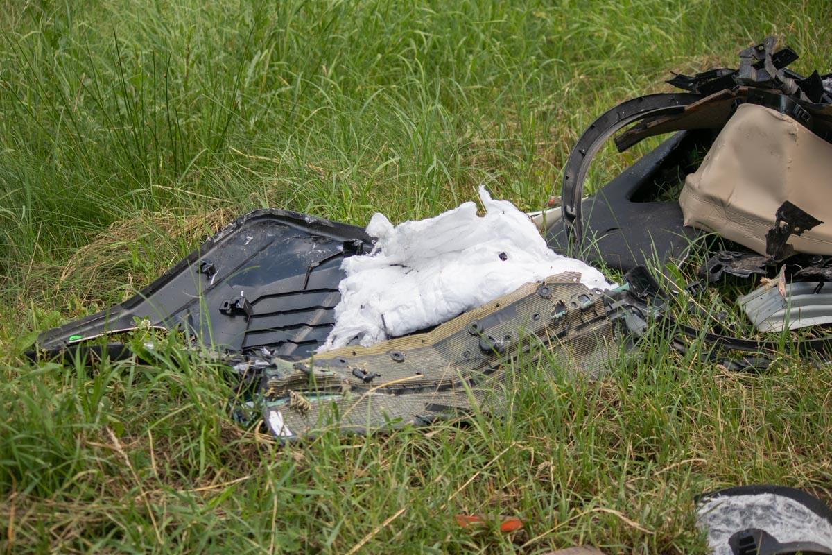 Обломки машины лежали и в нескольких метрах от нее