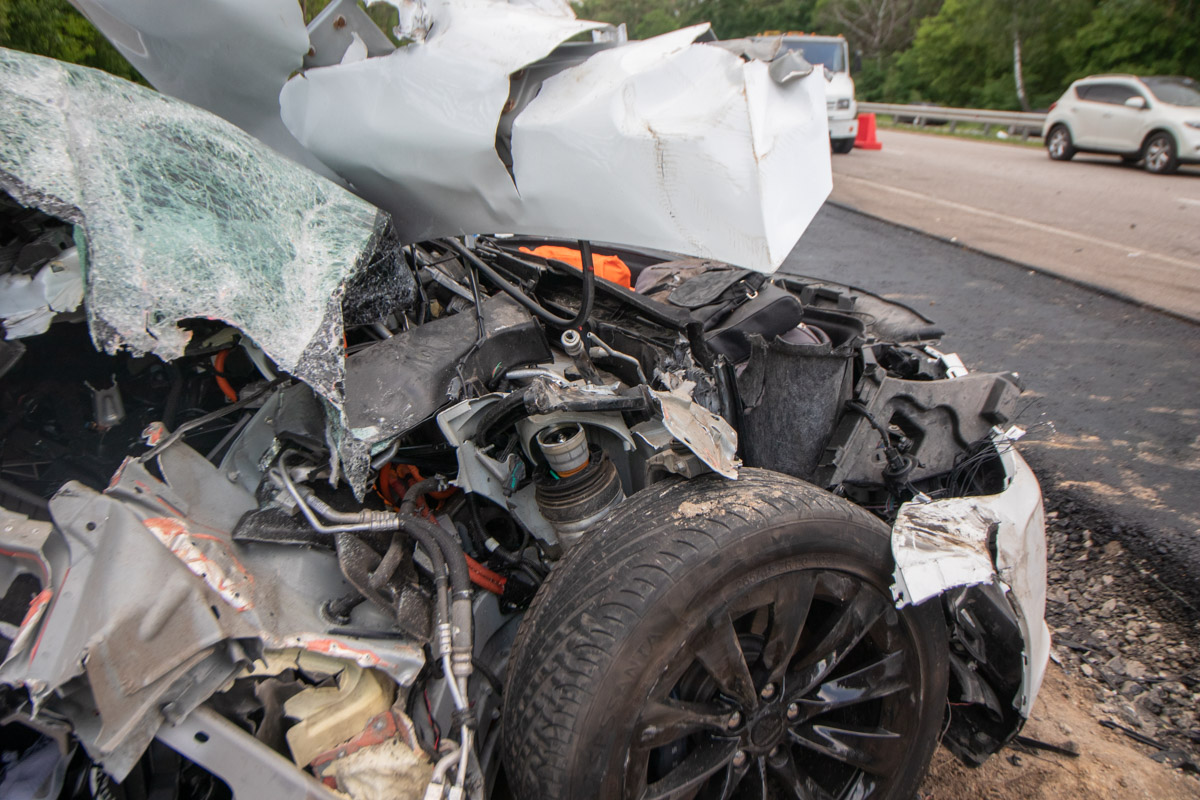 Автомобиль крайне серьезно пострадал, а его переднюю часть крайне сложно признать