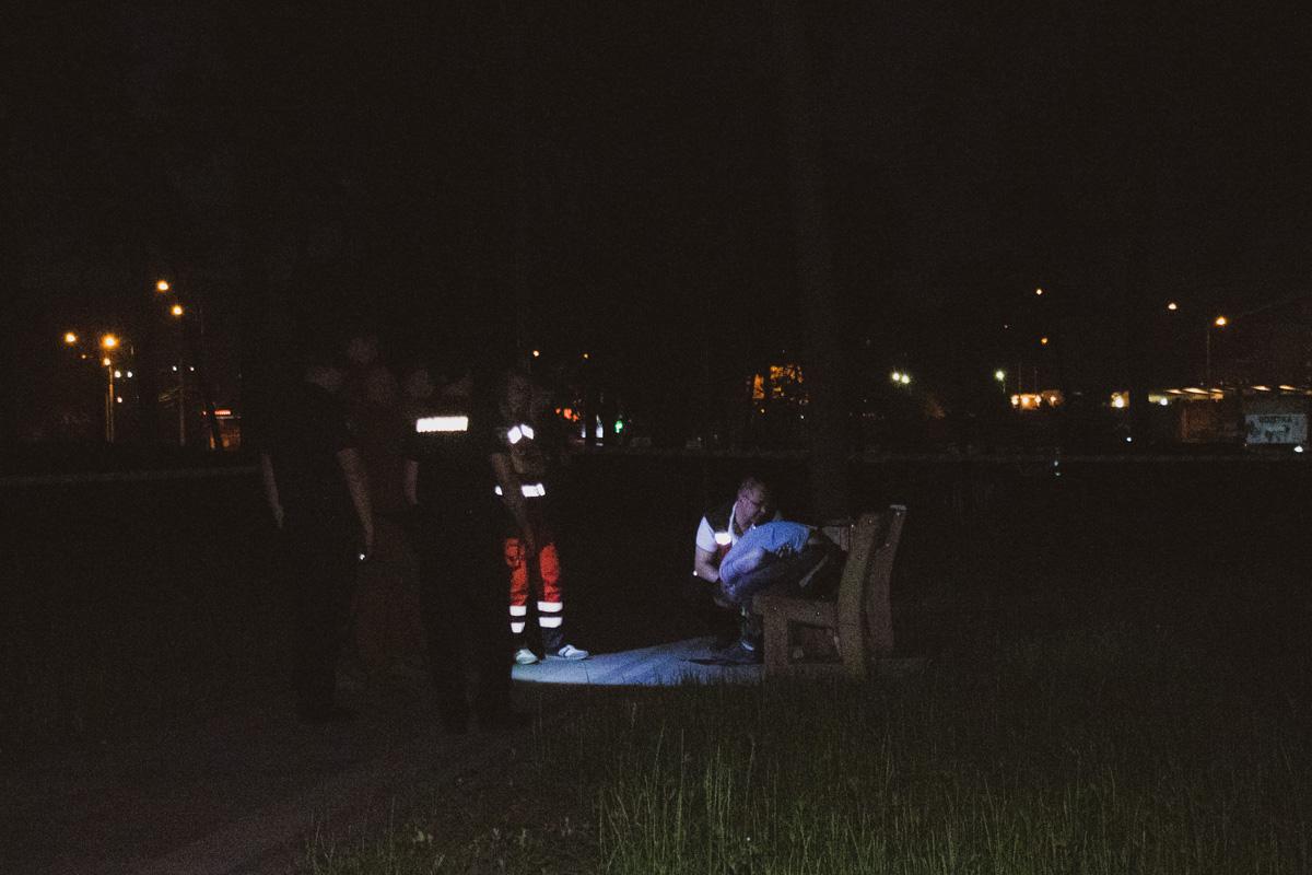 Тело нашли лежащим на лавочке ночные сторожа