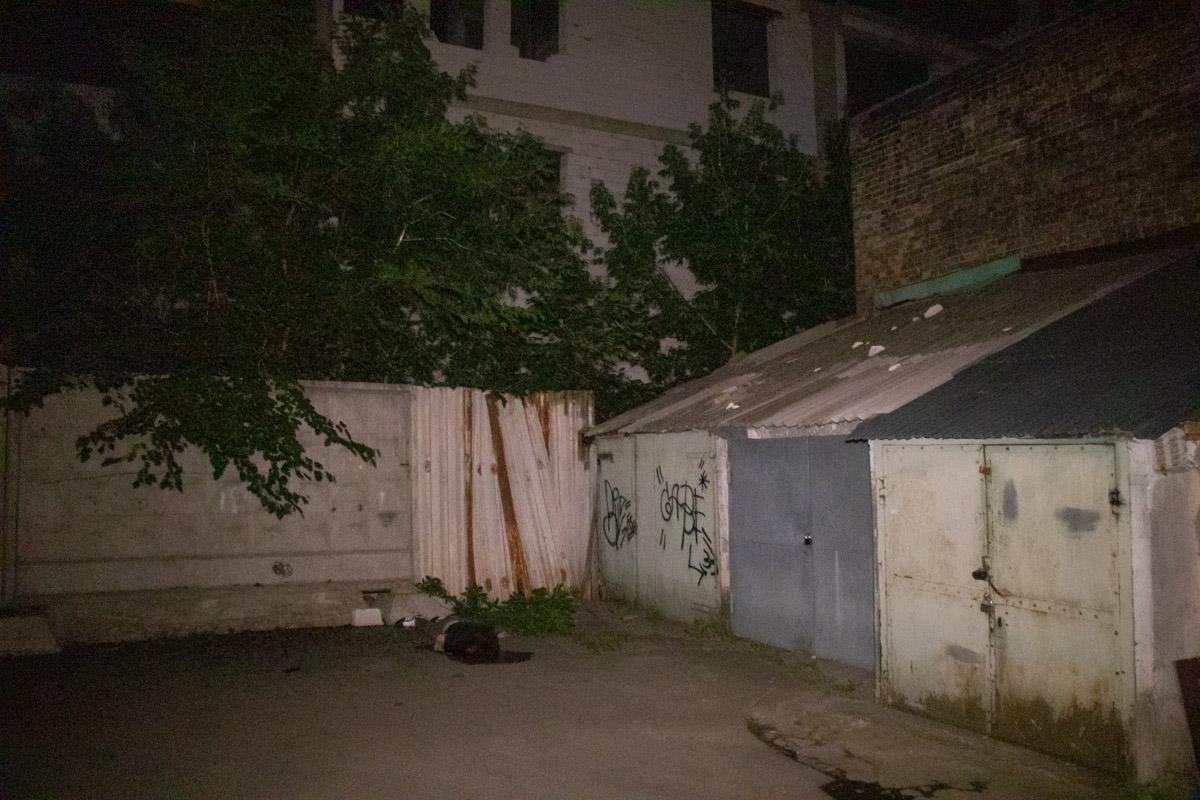 В недостроенном 9-этажном доме, который находится во дворе по адресу улица Братская, 4, парень выпрыгнул из окна