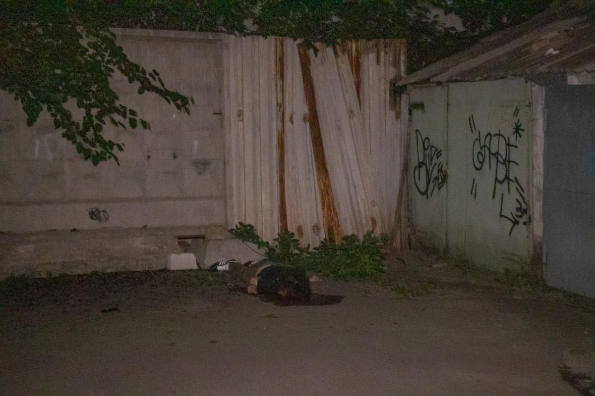 Предположительно, погибший прыгал с верхних этажей, так как тело вылетело за забор