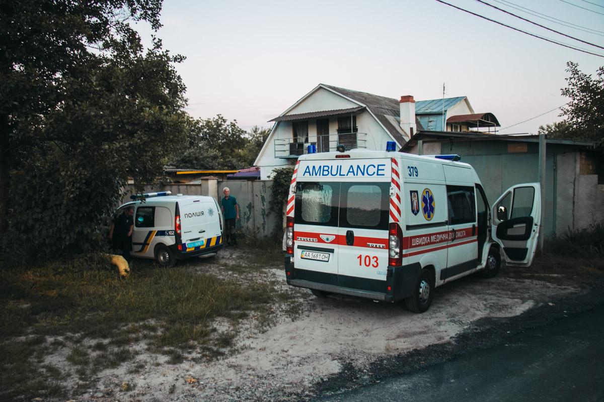 На месте работали правоохранители, карета скорой помощи и следственно-оперативная группа