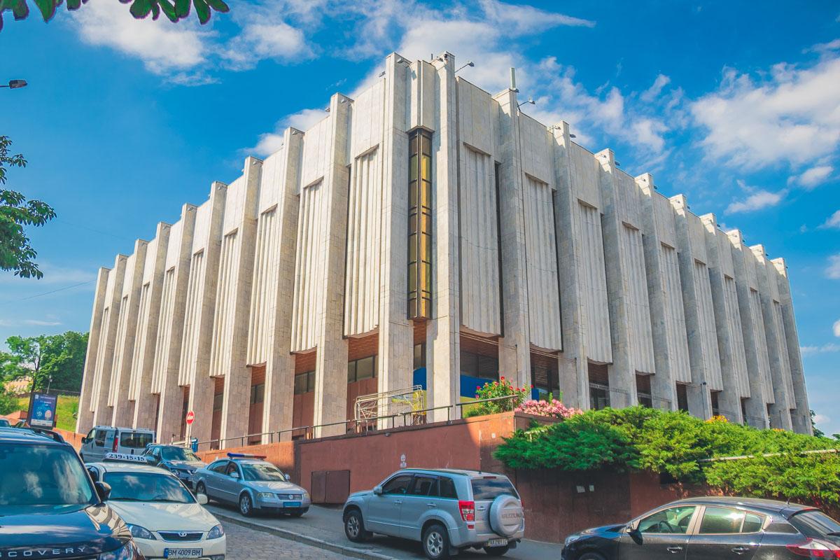 С самого начала и до 1993 году в здании располагался Киевский филиал Центрального музея Ленина