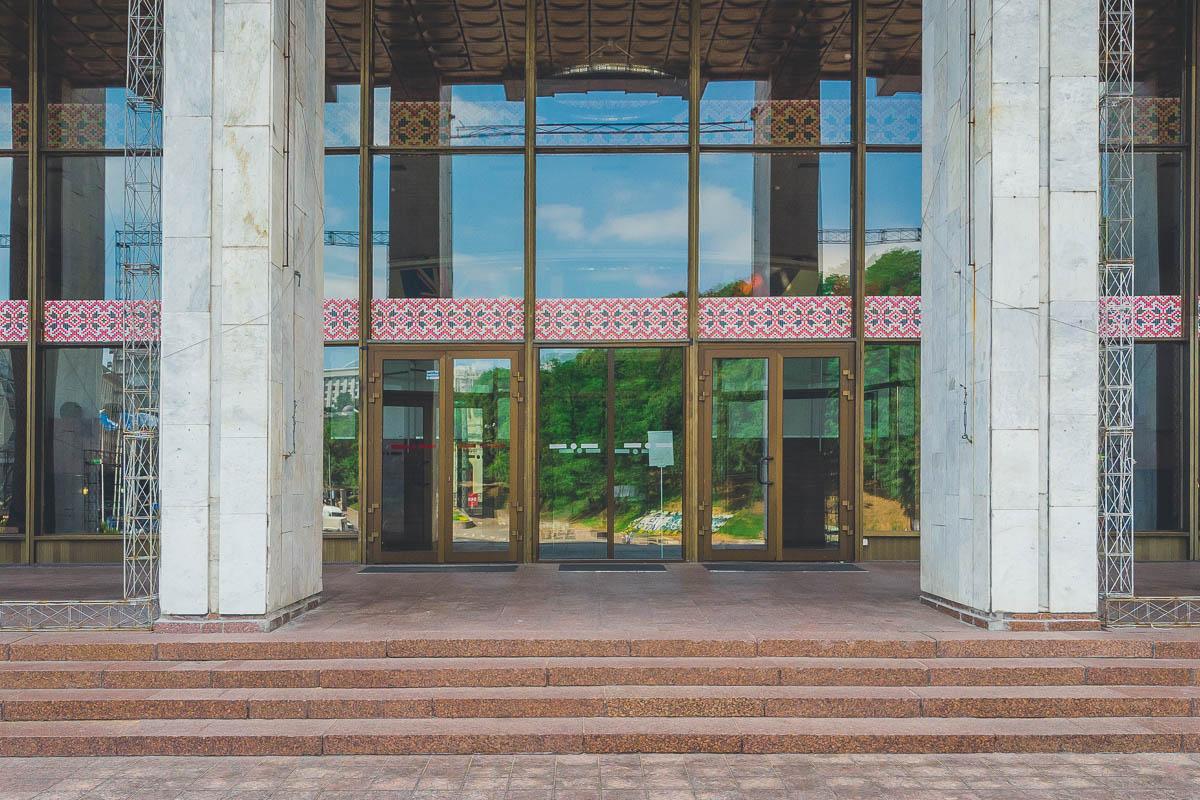 Офис Президента разместится в Украинском доме