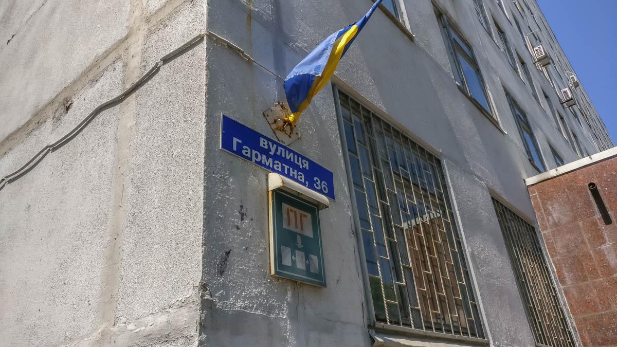 Родственники привезли женщину в поликлинику, где она ждала своей очереди к врачу на третьем этаже медучреждения
