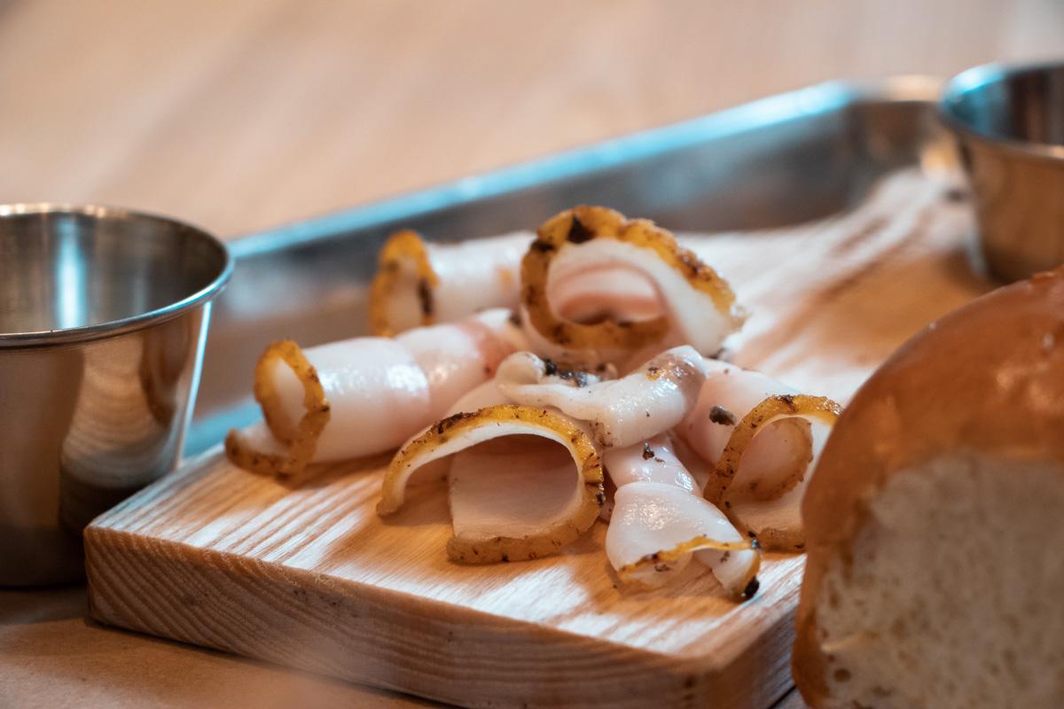 Карпачо из сала подают с бородинским хлебом, хреном и горчицей - классика жанра