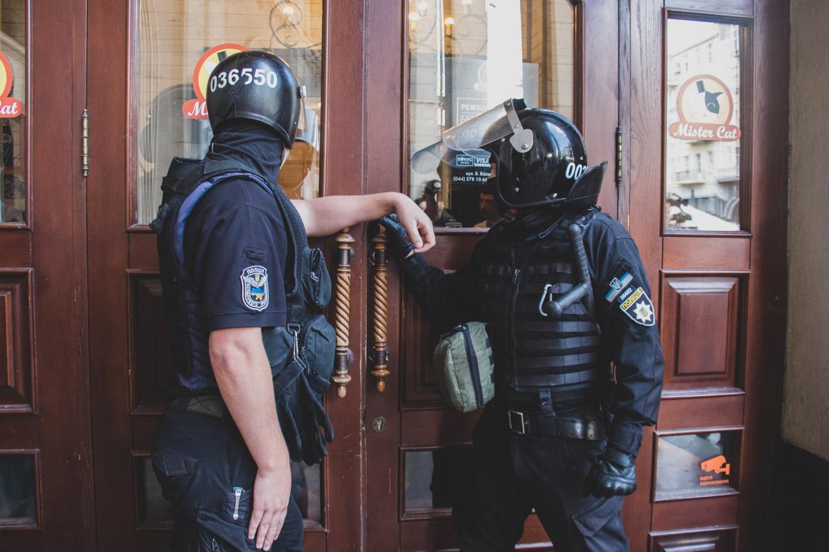 Правоохранители приехали на место и задержали 10 человек, якобы активистов