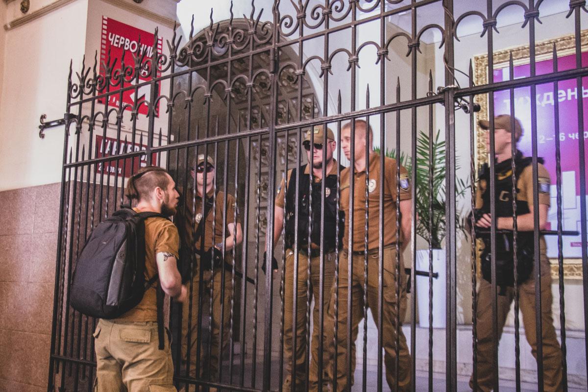 """В пятницу, 7 июня, столичный кинотеатр """"Киев"""" заблокировали представители Муниципальной охраны"""