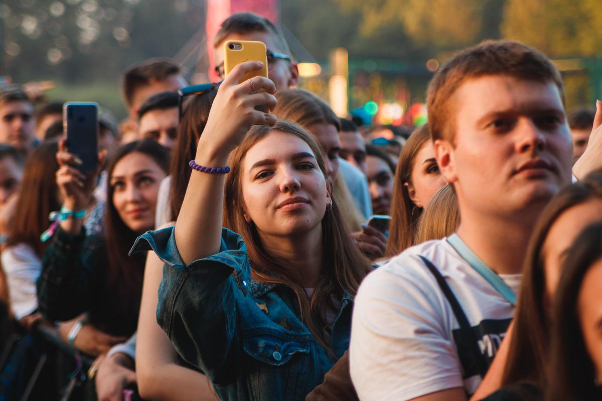 Фестивальщики не выпускали телефоны из рук и снимали все вокруг