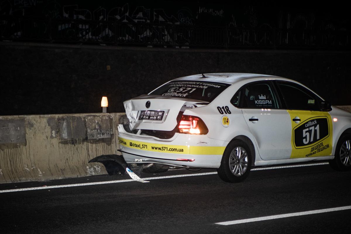 Такси остановилось об отбойник