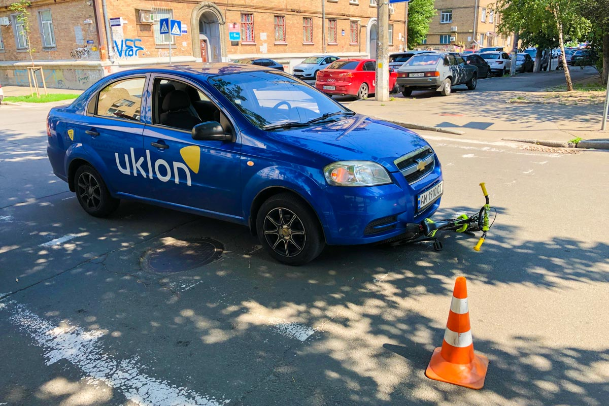 В Киеве на Подоле 4-летний мальчик на велосипеде попал под колеса Chevrolet Aveo службы такси Uklon