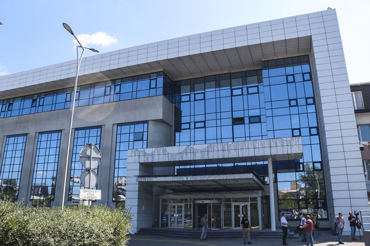 По словам охраны здания, сотрудники спецслужб зашли не в сам спортивный клуб, а в офисное здание, которое находится рядом