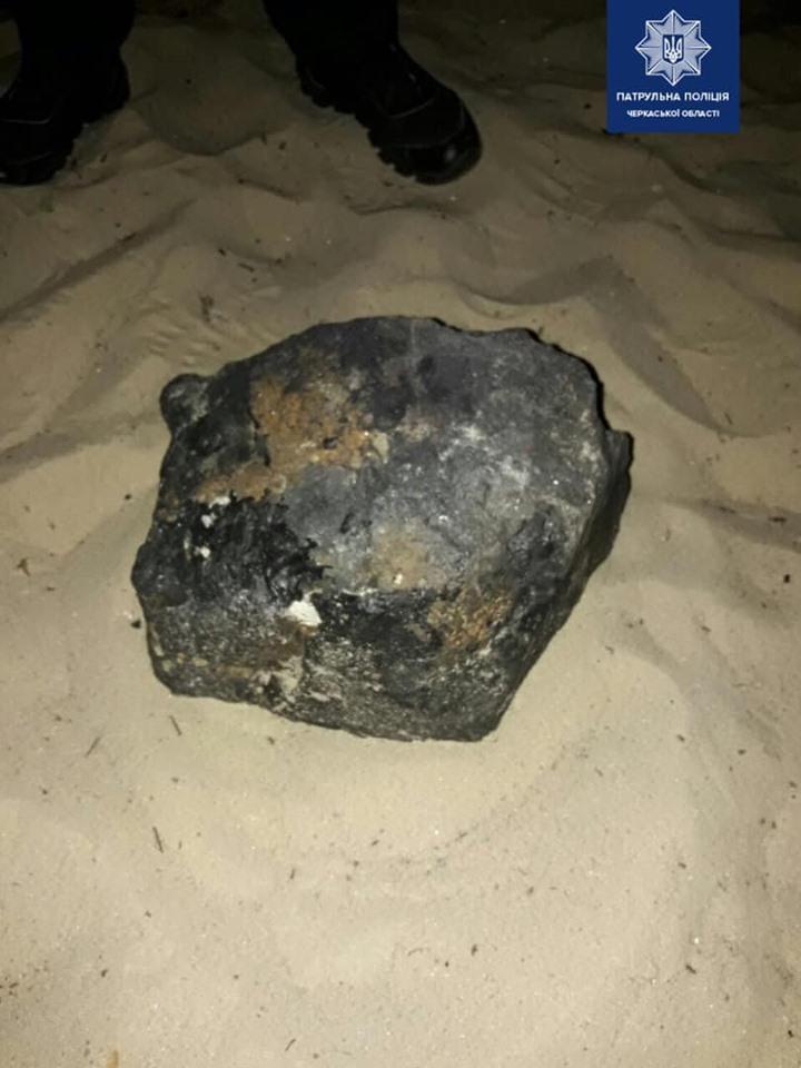 В Черкассах на пляже мужчина нашел «радиоактивный астероид»