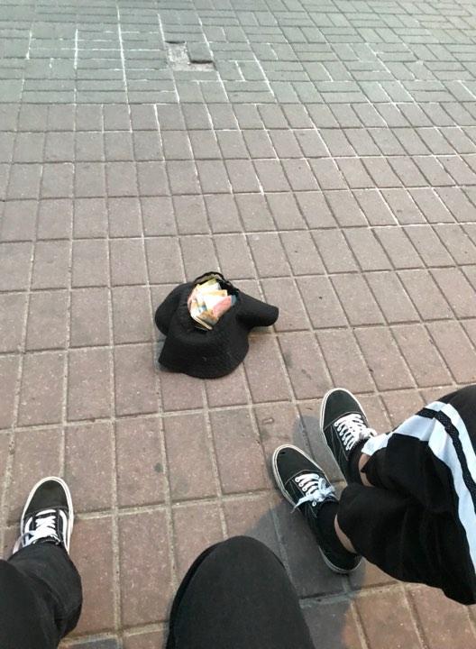 Им даже помогали бездомные, один из которых кинул гривну
