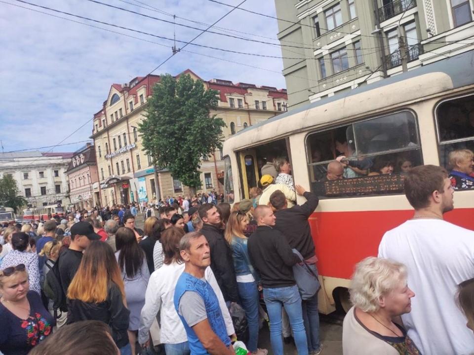 Так, на Контрактовой площади уже образовались огромные очереди на трамваи и маршрутки