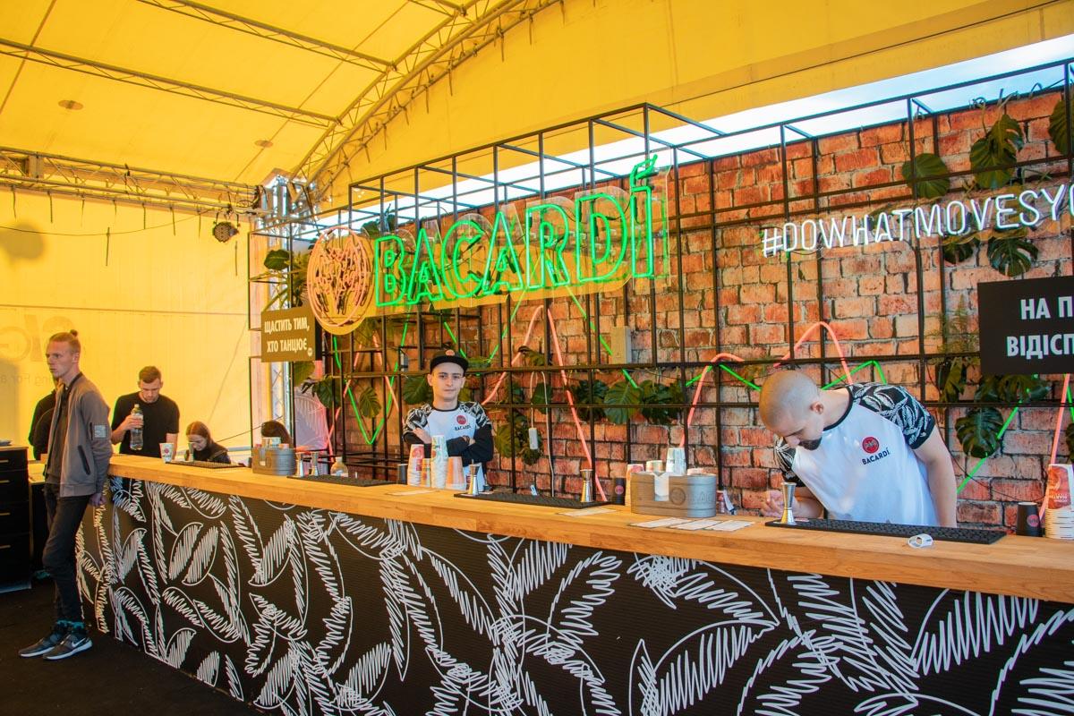 VIP-зона находится возле главной сцены и оборудована специальным баром