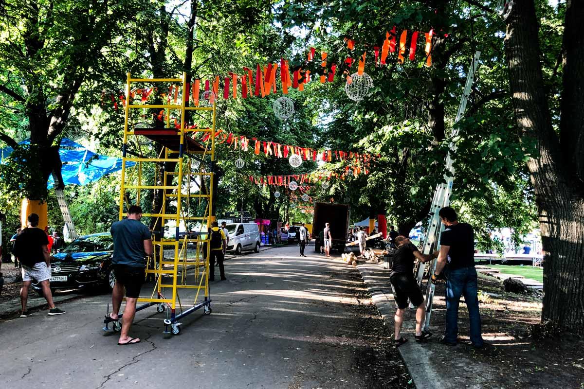 Аллеи на территории выставочного центра украшают ленточками