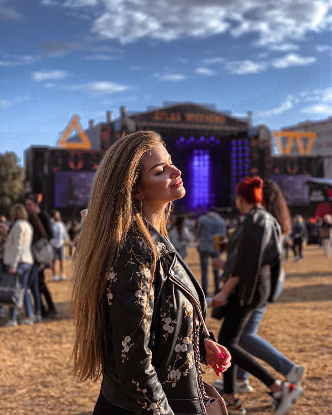 @popova.kt нежится под лучами не по-летнему прохладного солнца и под звуки очередного исполнителя
