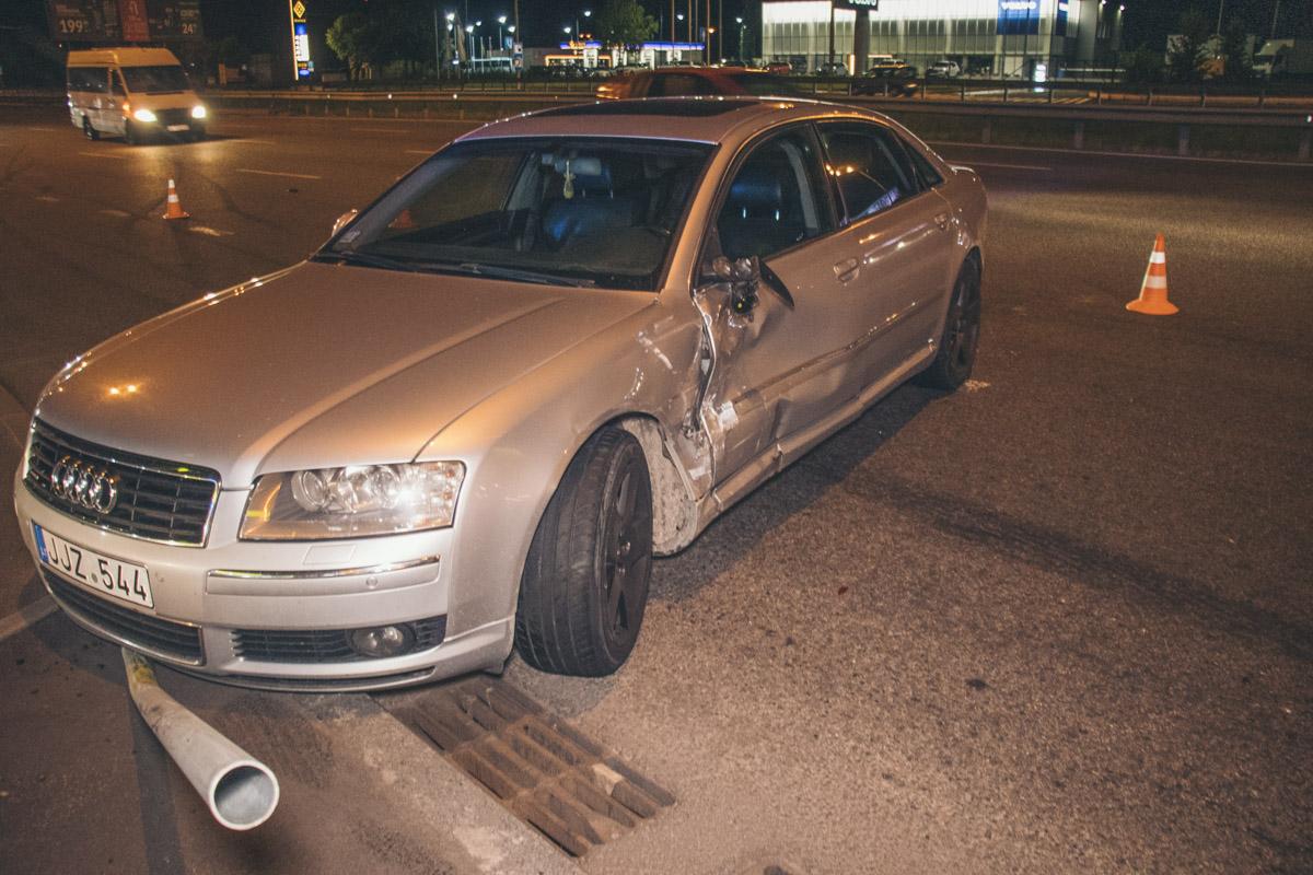 Женщина на Audi влетела в Hyundai и снесла дорожный знак