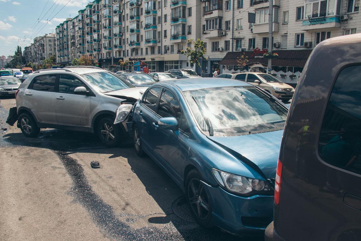 В ДТП пострадало три автомобиля, а водитель Ssang Yong травмировал руку