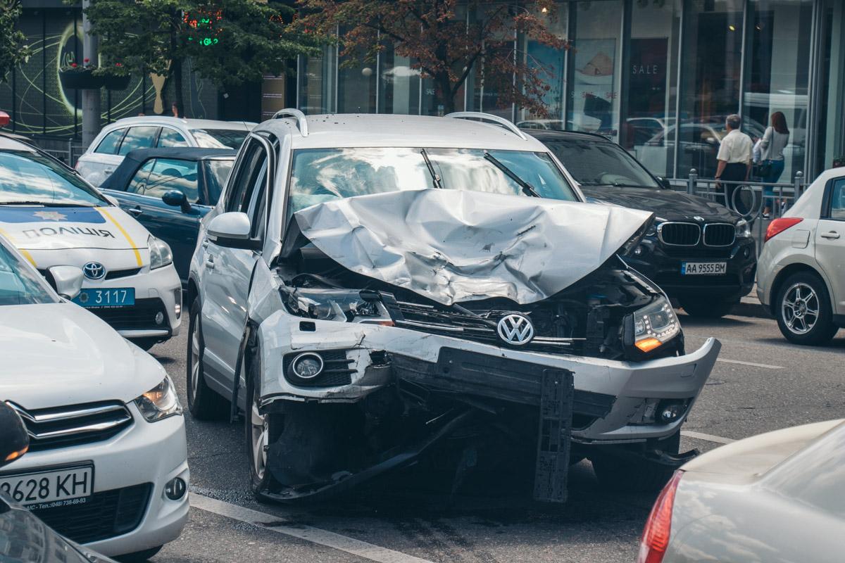В центре Киева Volkswagen влетел в три автомобиля