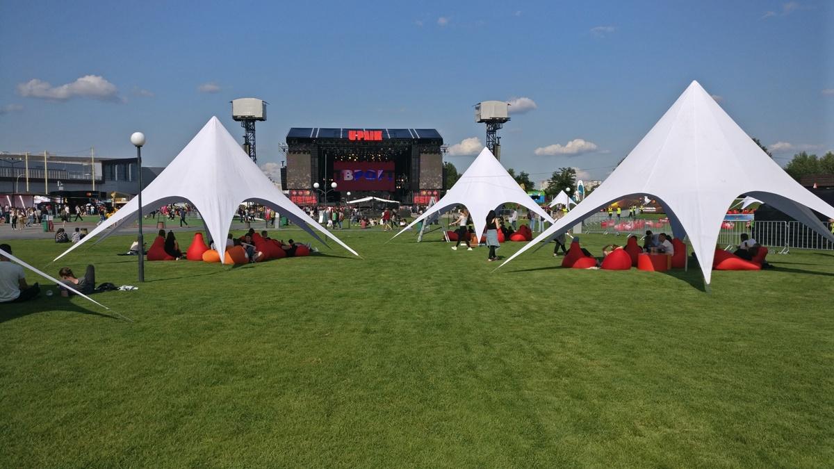 Также на территории много палаток от солнца, приятно чилить на траве, и даже можно выбрать место, чтобы было видно сцену