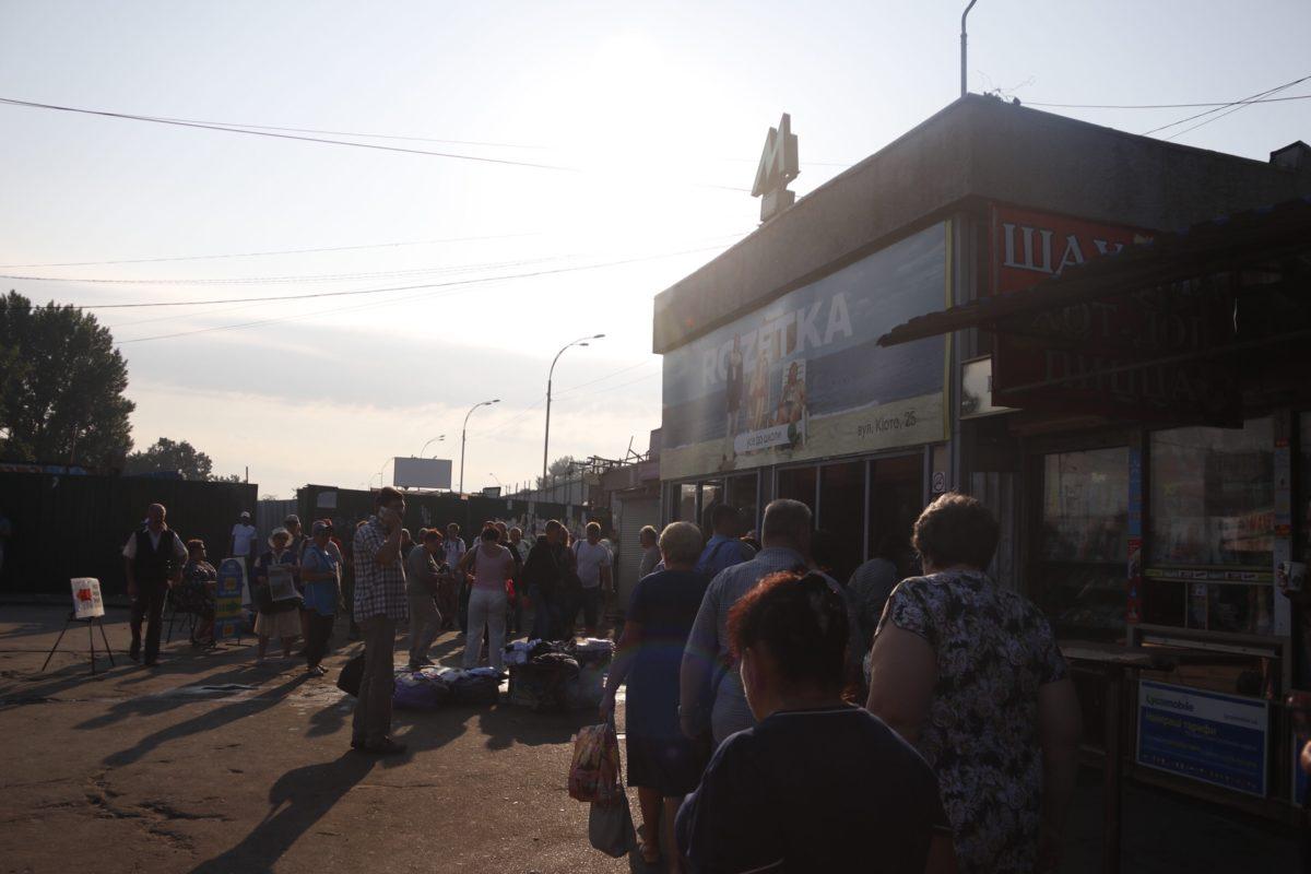 В Киеве возле выхода из станции метро «Лесная» установили высокий забор, который оградил проход к остановке общественного транспорта