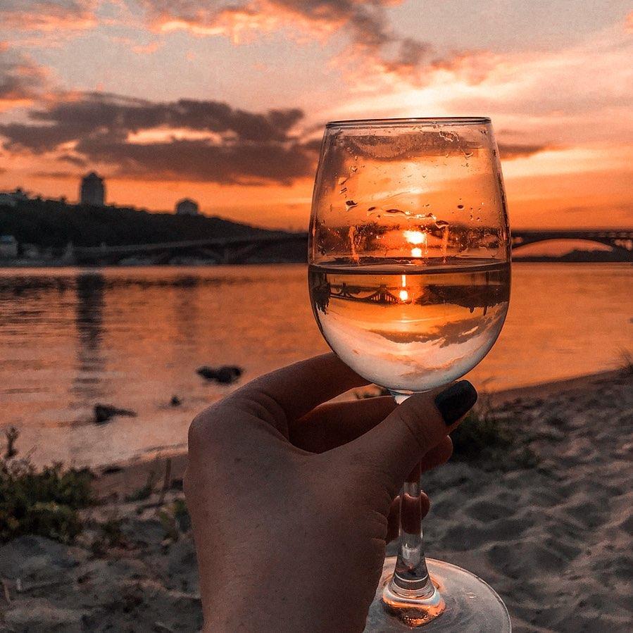 Завершать подборку нужно также, как и вечер выходного дня - любуясь закатом и с бокалом. Прямо как @alexandra_dolenko