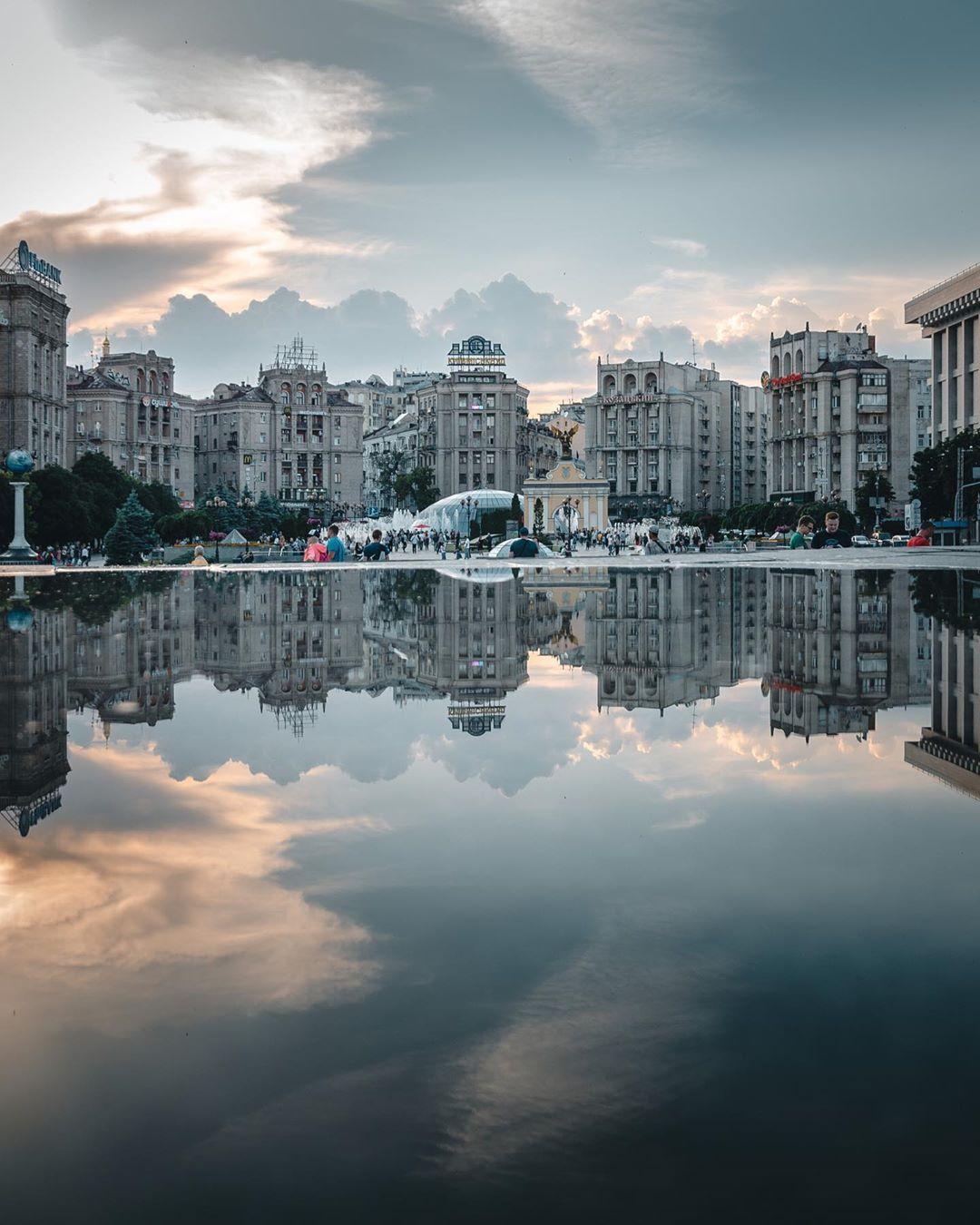 """На уходящей неделе Киев омывало дождями, что позволило @zhukevych сделать фото в любимом жанре """"мир в отражениях"""""""