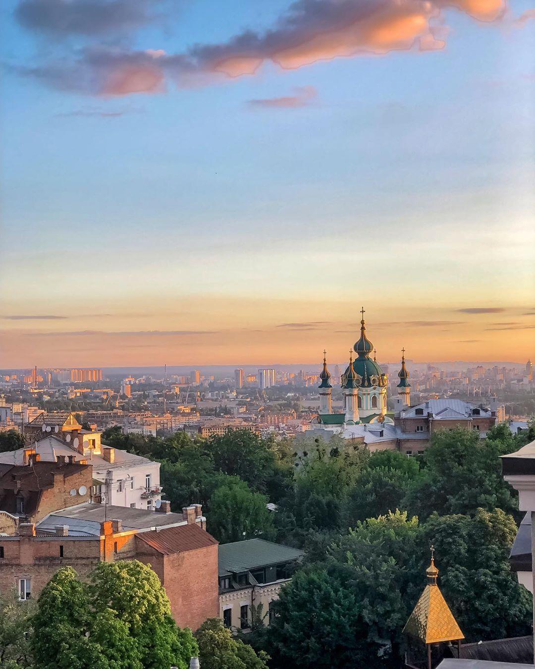"""Отдельный кайф при съемке в городе - это фотографии с вот таким видом на крыши любимого """"одноэтажного Киева"""". Порадовала эстетов в редакции @diana.gertsen"""