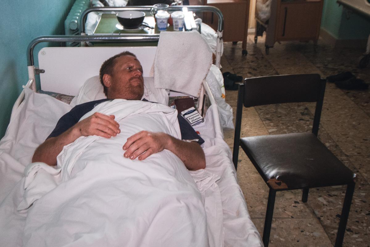 Вечером после того как Барри Кеннеди попал в больницу, он выглядит гораздо живее, чем ночью