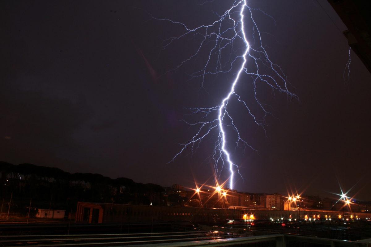 Молния убила девять человек в Индии