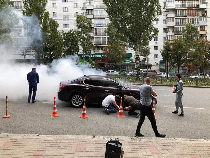 В Киеве на бульваре Леси Украинки вспыхнул седан Maserati