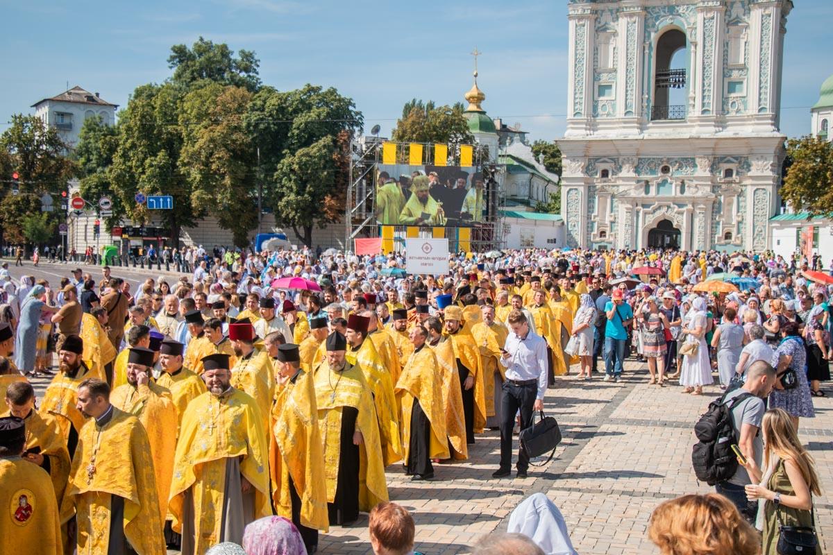 В Киеве прошел первый в истории крестный ход Православной Церкви Украины