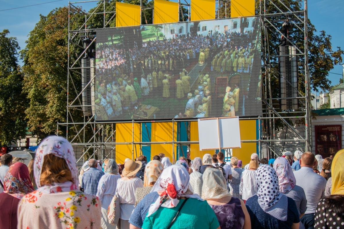 Прихожане и духовенство прошли шествием от Софийского собора до памятника Владимиру