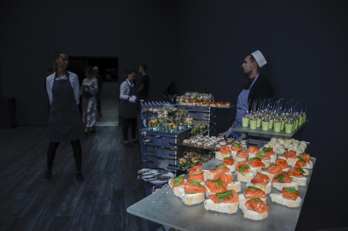 У журналистов и гостей штаба разбегались глаза от количества мясной продукции: здесь предлагали свиной хамон, колбасные изделия и морепродукты