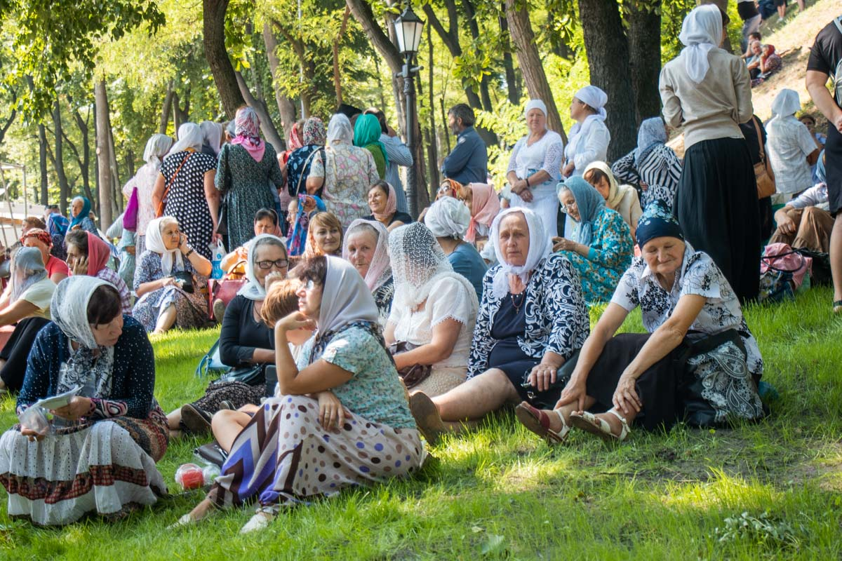 Верующие начали собираться на Владимирской горке задолго до молебна