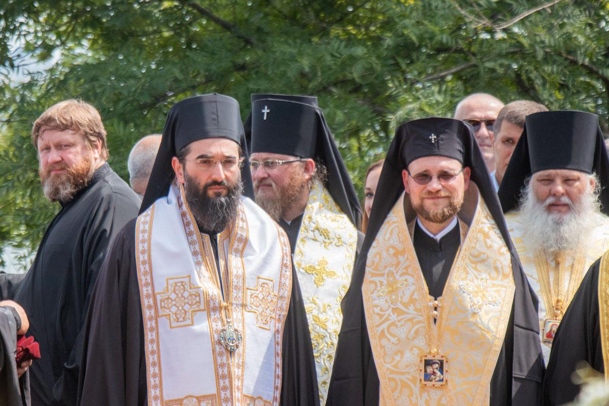 В черных рясах наверняка было очень жарко, но святым отцам не привыкать