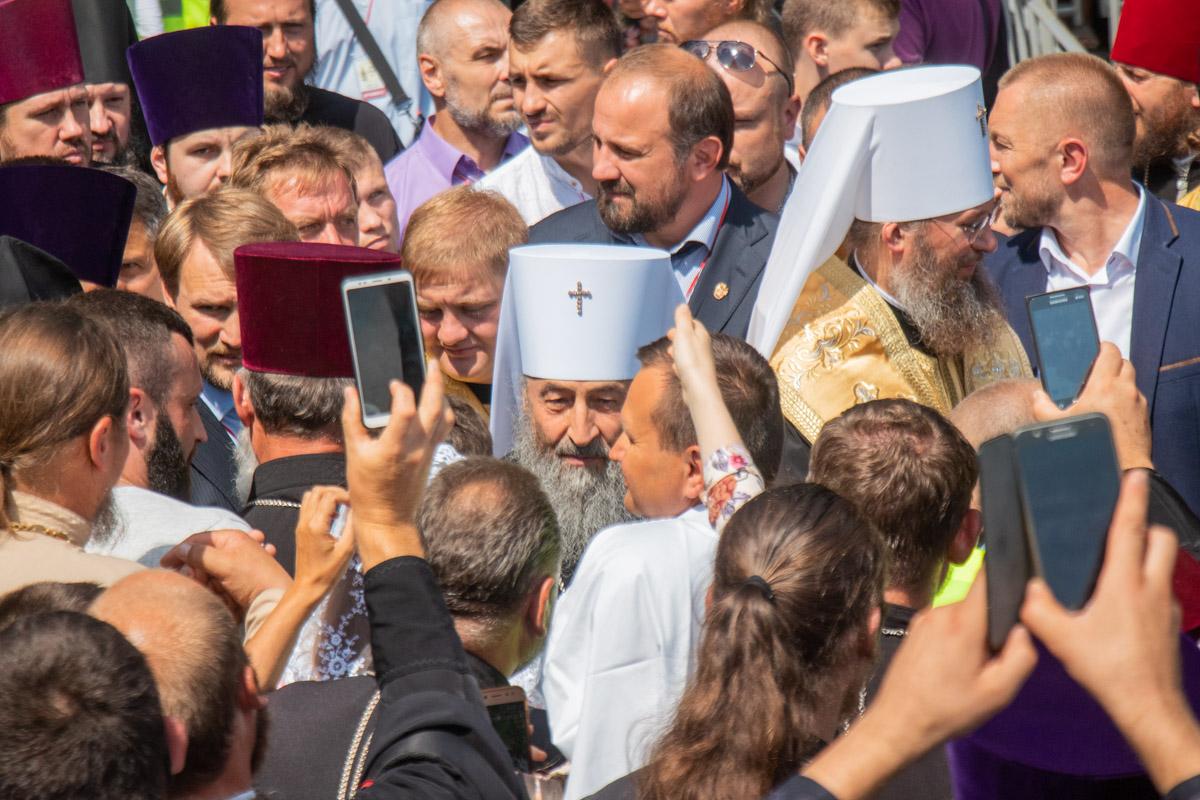 Митрополит Онуфрий в окружении верующих и прессы