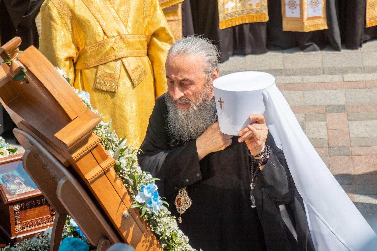 Митрополит Онуфрий проводит молебен