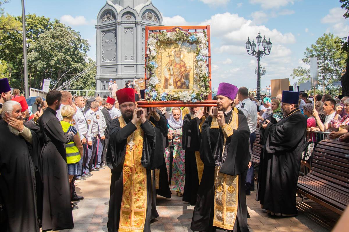 Святые отцы несут тяжелые церковные реликвии