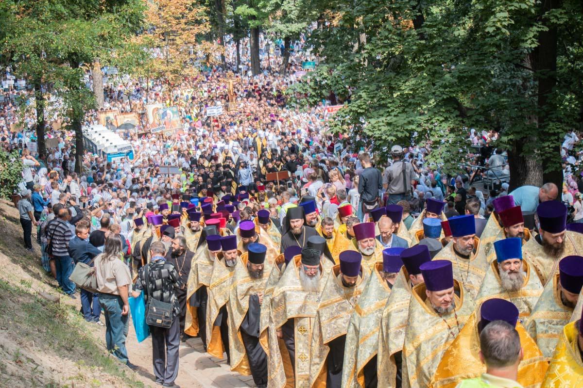 Колонна верующих протискивается по дорожкам Владимирской горки к Трехсвятительской