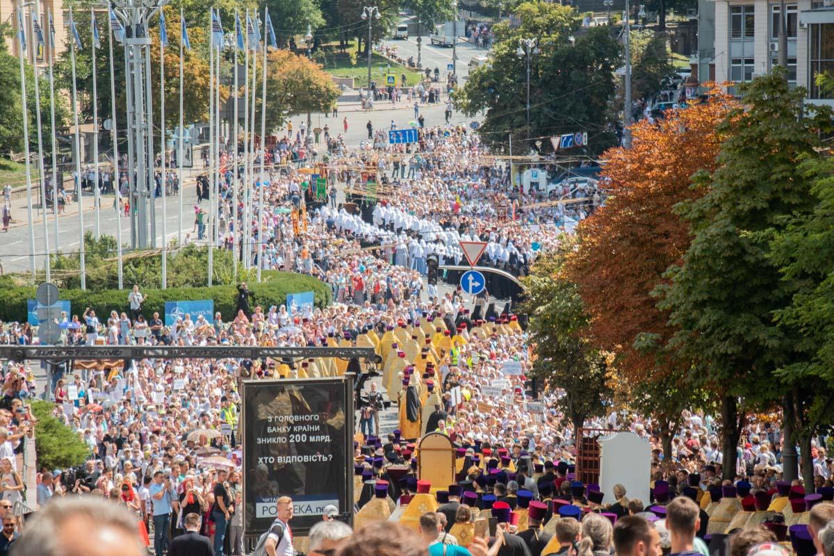 Вереница христиан тянется по к Европейской площади